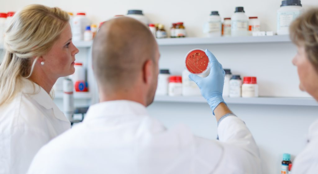 Reemtsma, Standort Hamburg, Labor, chemisches Labor, Mitarbeiter, Prüfen, Gesundheit, Pipette
